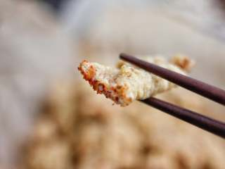 油炸酥肉,一般我们家会蘸干辣椒吃,也可以在将烧热的油倒到干辣椒中,再撒一点芝麻作为那种油麻辣油的调料,吃也非常的好吃,焦香麻辣,口口是肉,这个方法挺简单也很好吃,喜欢吃酥肉的朋友可以收藏起来,想吃肉的时候可以来做一下。