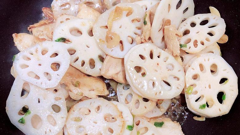 莲藕炒肉片,倒入50ml水,让藕片翻炒充分入味。