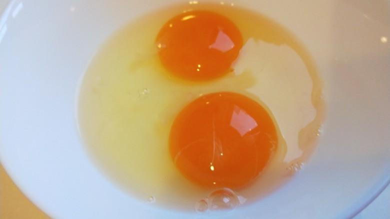鸡蛋韭菜盒子,<a style='color:red;display:inline-block;' href='/shicai/ 9'>鸡蛋</a>打入两个加少许盐搅拌均匀。