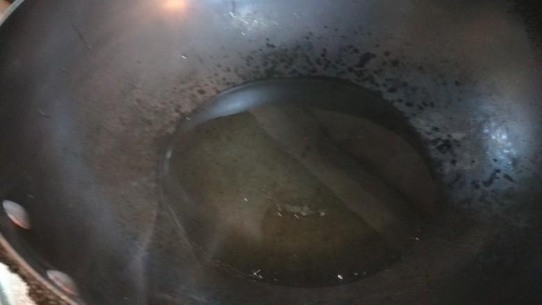 鸡蛋韭菜盒子,锅中倒适量油烧热。