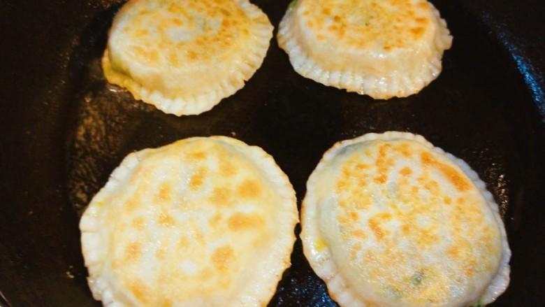 鸡蛋韭菜盒子,煎制两面上色即可。