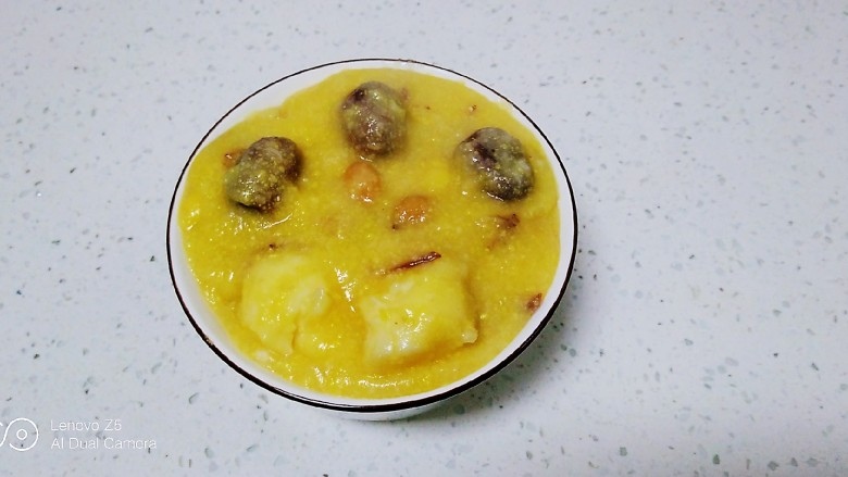 红薯、蔓菁、红枣、花生、玉米面粥,盛入碗中