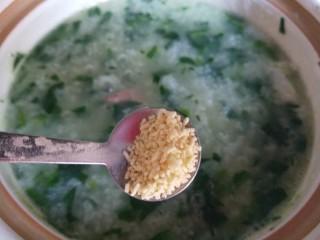 菠菜猪肝粥,加盐,鸡精。