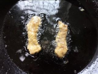 油炸酥肉,一面炸熟翻一面继续炸