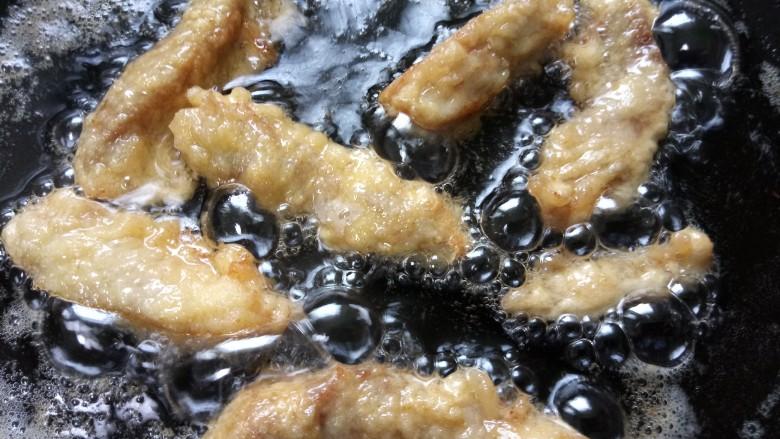 油炸酥肉,像这样一次可以多放点,炸至两面金黄即可