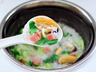 青口火腿青菜粥,鲜香味浓郁的青口火腿青菜粥,完美出锅咯。