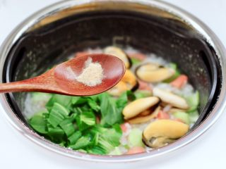 青口火腿青菜粥,再加入胡椒粉提味,盖上锅盖继续煮至剩下的5分钟,蒸汽养生饭煲会自动跳入保温状态。