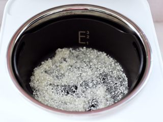 青口火腿青菜粥,先把臻米脱糖蒸汽养生饭煲里的内胆和甑锅冲洗干净,把浸泡好的大米和糯米平铺在甑锅里。