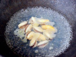 青口火腿青菜粥,锅中倒入适量清水煮沸后,倒入料酒和适量的盐,把解冻后的青口肉焯一下水,捞出沥干水分。