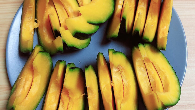 炸南瓜条,将南瓜切成1厘米的薄片。