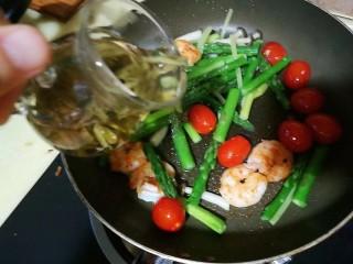 过年清新菜,芦笋龙井虾,关火,马上倒入茶汤和茶叶
