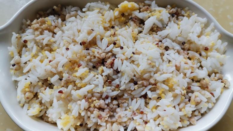 冬季滋补好时机,烤羊蝎子藜麦饭,炖汤的同时,将泡过的杂粮米和大米一起用电饭煲开煮。泡过的荞麦燕麦和藜麦煮出来的饭,口感太好了,白饭都吃得下。