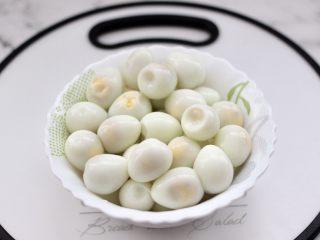 啤酒香卤鹌鹑蛋,把煮熟的鹌鹑蛋放入冷水里浸泡一下,凉透后剥壳,用冷水浸泡过的鹌鹑蛋更容易去除蛋壳。