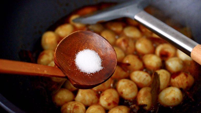 啤酒香卤鹌鹑蛋,这个时候加入盐调味,口味轻的可以忽略不加。