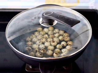 啤酒香卤鹌鹑蛋,盖上锅盖中火煮沸后,继续煮5分钟,关火焖2分钟后捞出。