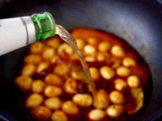 啤酒香卤鹌鹑蛋,锅中倒入啤酒,啤酒的量要没过鹌鹑蛋,用啤酒代替清水煮的鹌鹑蛋口感更好,味道更纯厚。