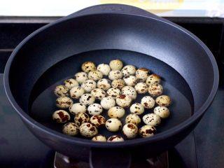 啤酒香卤鹌鹑蛋,鹌鹑蛋用清水浸泡10分钟后,再冲洗干净,VCC气垫锅中倒入适量的清水,放入鹌鹑蛋。