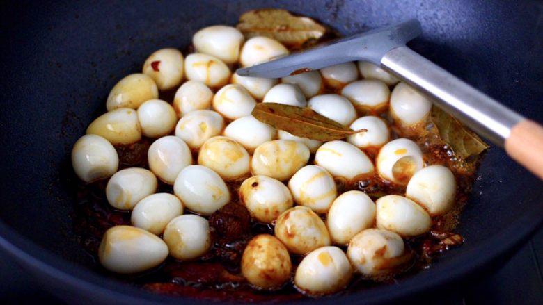 啤酒香卤鹌鹑蛋,加入剥壳的鹌鹑蛋,混合所有的食材和调料翻炒均匀。