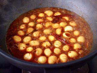 啤酒香卤鹌鹑蛋,中火煮沸后,继续用小火慢慢炖至。