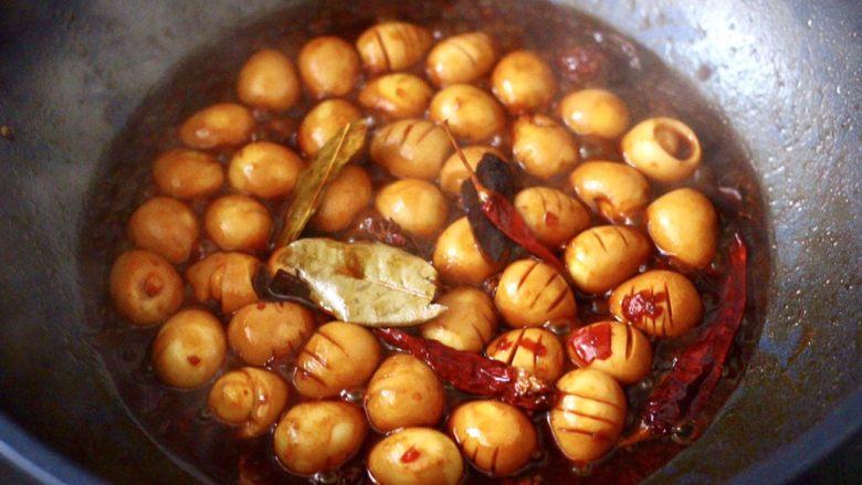 啤酒香卤鹌鹑蛋,锅中汤汁变得越来越浓稠的时候。卤好的鹌鹑蛋泡在汤汁里更入味。