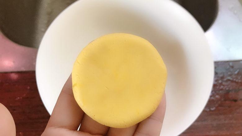 南瓜糯米饼,再取一小团,压扁。