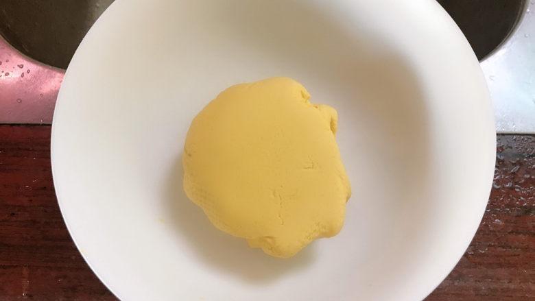 南瓜糯米饼,揉成团。