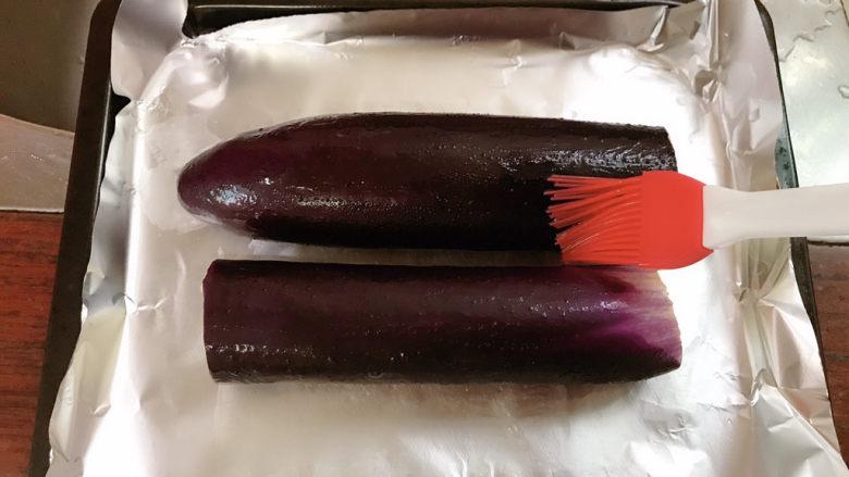 蒜蓉烤茄子,放入烤盘,刷一层油。