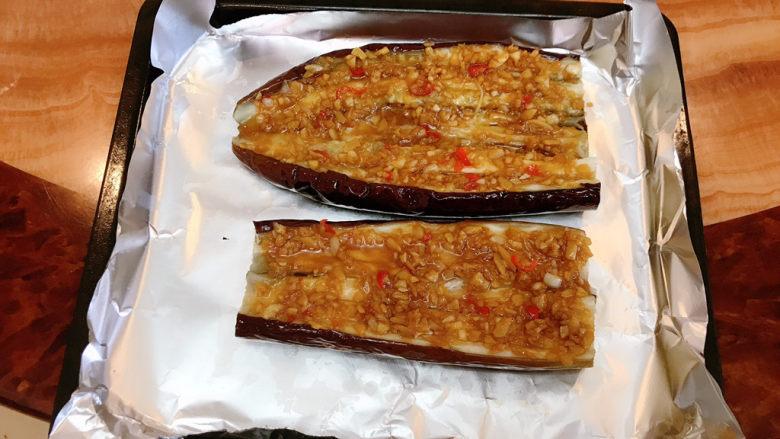蒜蓉烤茄子,均匀码上调料。