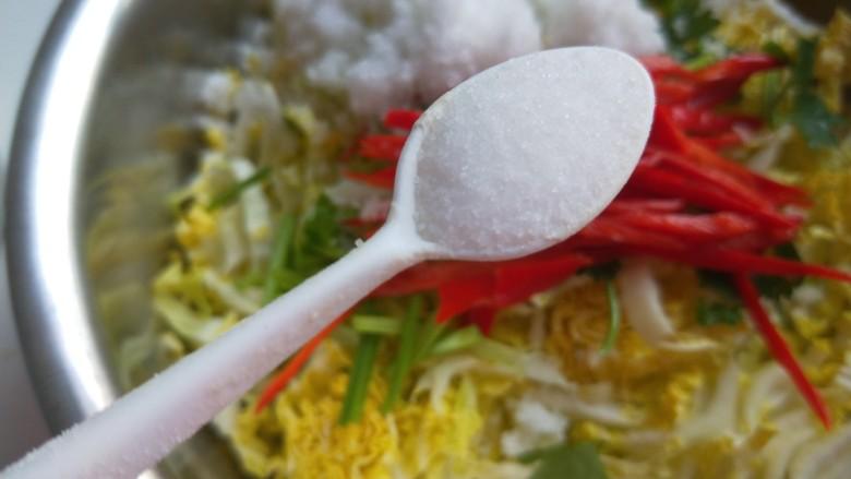 酸辣白菜心,加入适量盐。