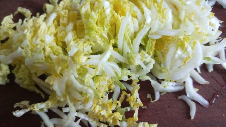 酸辣白菜心,切成丝。