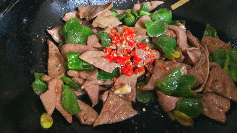 辣椒炒猪肝,炒均匀加小米碎。