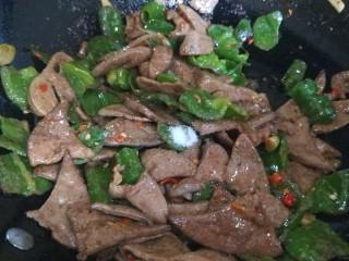 辣椒炒猪肝,加入适量盐,白糖。