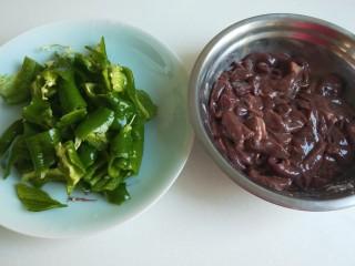 辣椒炒猪肝,螺丝椒掰成小块。