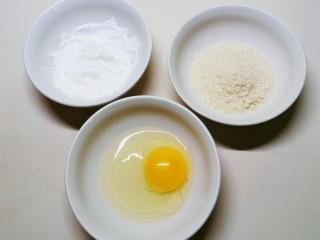 炸南瓜条,准备3个碗  分别放入鸡蛋 面包糠 玉米淀粉