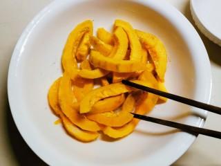 炸南瓜条,拌匀腌制15分钟