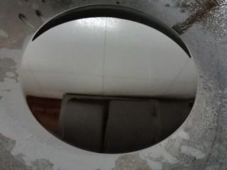 南瓜芝麻球,锅内放油烧至七成热