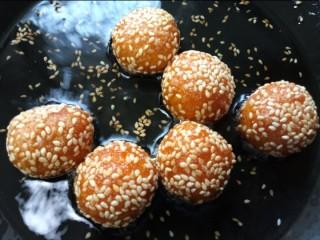 南瓜芝麻球,小火慢炸,一面炸熟翻一面继续煎,炸至两面金黄即可