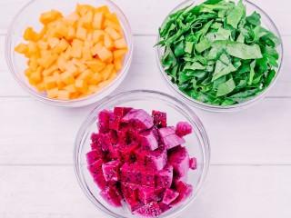 彩色水餃,將菠菜葉、胡蘿卜丁和火龍果塊分別放在小碗中