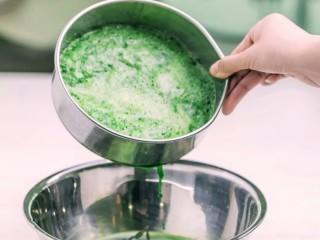 彩色水餃,用篩網分別進行過濾,留下汁