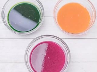 彩色水餃,漂亮的蔬果汁就做好了,放一旁備用