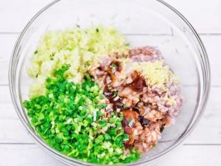 彩色水餃,在豬肉餡中加入切好的娃娃菜末,根據個人口味適量加入香油、蠔油、生抽、鹽、鮮味汁調味