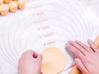 彩色水餃,將面團切一部分,搓成長條,等分揪成小劑子,每個小劑子按成圓餅狀用搟面杖搟薄
