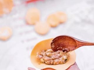 彩色水餃,取出肉餡,開始包餃子