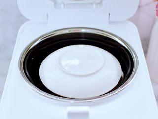 鲍鱼鹅蛋羹,蛋液上盖上盖子,这样蛋液在蒸制的过程中就不会流入锅中的蒸汽水,受热也会非常均匀。