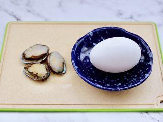 鲍鱼鹅蛋羹,先把鹅蛋皮用清水拿刷子刷洗干净。