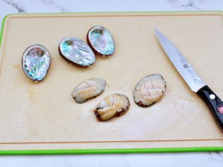 鲍鱼鹅蛋羹,洗净的鲍鱼改一下花刀,这样更容易入味,把鲍鱼壳也清洗干净,留着最后摆盘用。