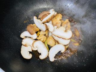 小鸡炖蘑菇粉条,翻炒一下