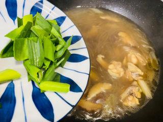 小鸡炖蘑菇粉条,入青蒜叶焖一会