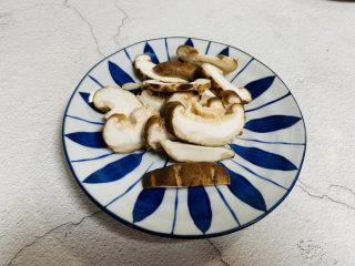 小鸡炖蘑菇粉条,香菇洗净切片