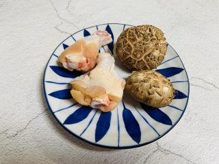 小鸡炖蘑菇粉条,鸡腿两个,新鲜香菇两朵